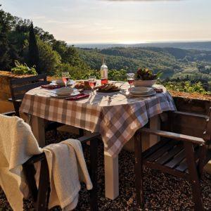 (Girasoli tavolo esterno vista4)